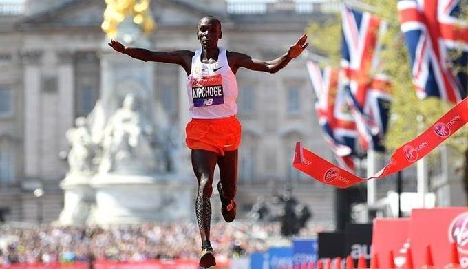 Eliud Kipchoge wygrał maraton w Londynie. Rekord Mo Faraha