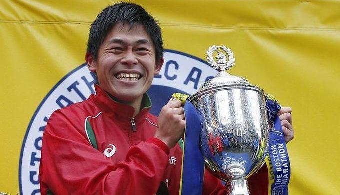 PAP/EPA / CJ GUNTHER / Na zdjęciu: Yuki Kawauchi po zwycięstwie w maratonie w Bostonie