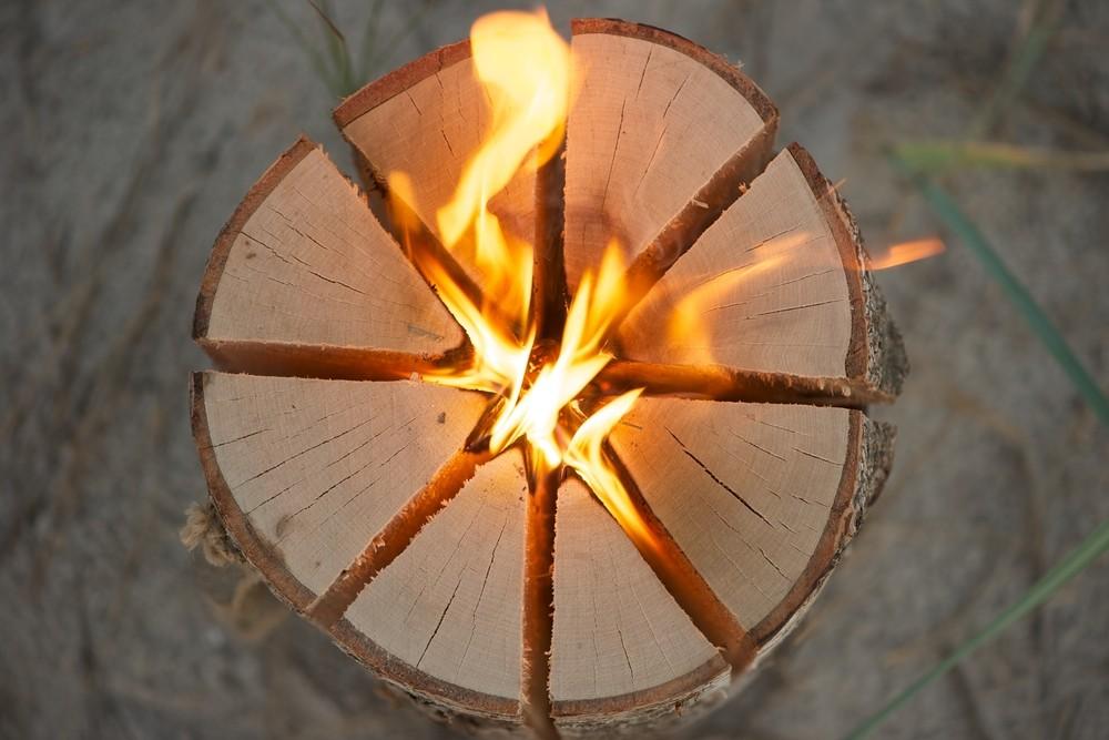 Oszczędne ognisko na biwaku. Wystarczy trochę umiejętności i proste gadżety