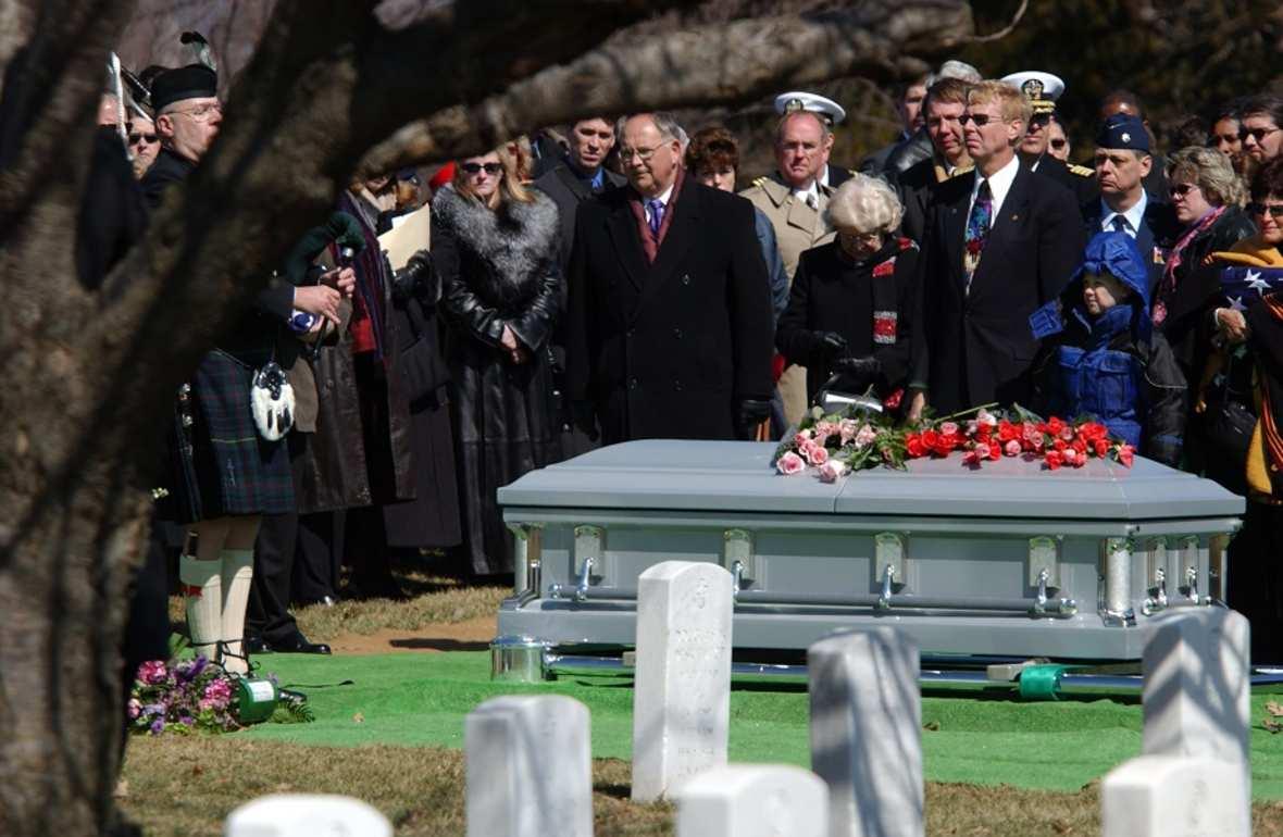 Policjanci odwiedzili dom pogrzebowy, żeby odblokować telefon palcem zastrzelonego