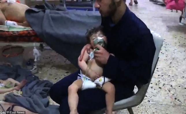 Syryjczyk walczy o życie dziecka otrutego bronią chemiczną (AFP PHOTO / HO / SYRIA CIVIL DEFENCE)