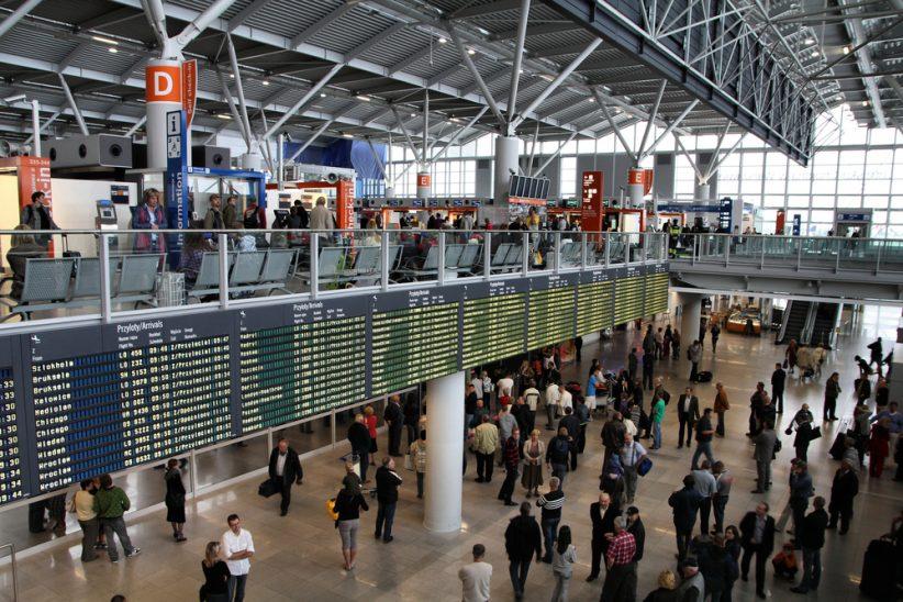 Pasażerowie byli pijani już na lotnisku (Shutterstock.com)