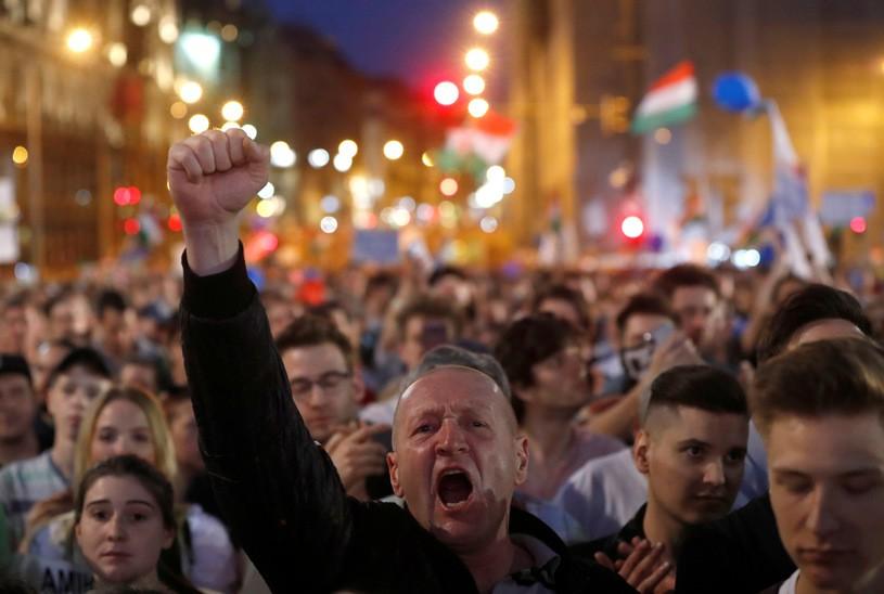 Węgry: Dziesiątki tysięcy ludzi na demonstracji na rzecz demokracji
