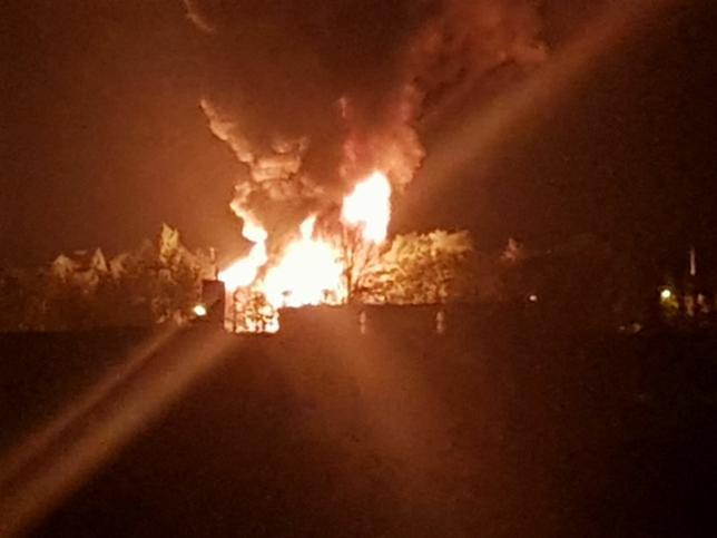 Wielki pożar hali w Żywcu ugaszony. Strażacy opanowali płonące chemikalia