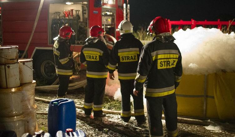 Pożar we wsi Wszedzień, palą się z zbiorniki z chemikaliami