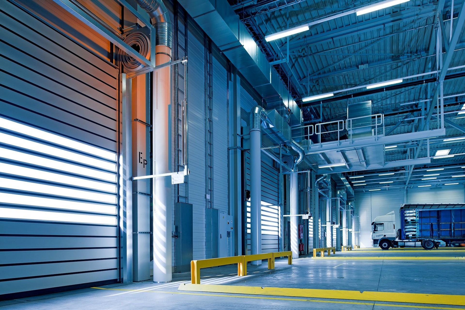 Jakie wymagania trzeba spełnić, wybierając oświetlenie przemysłowe?