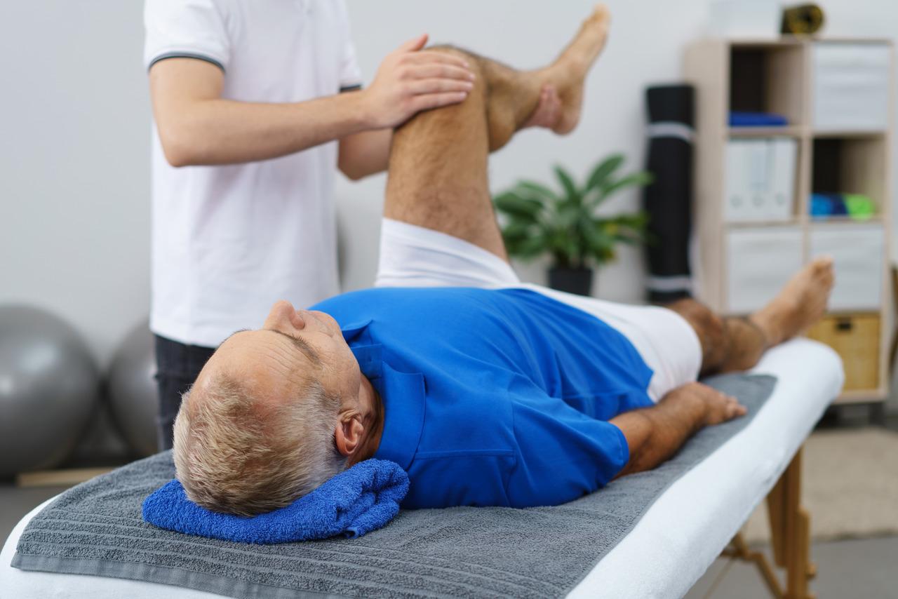 Zwyrodnienie stawów - mężczyzna podczas rehabilitacji kolana