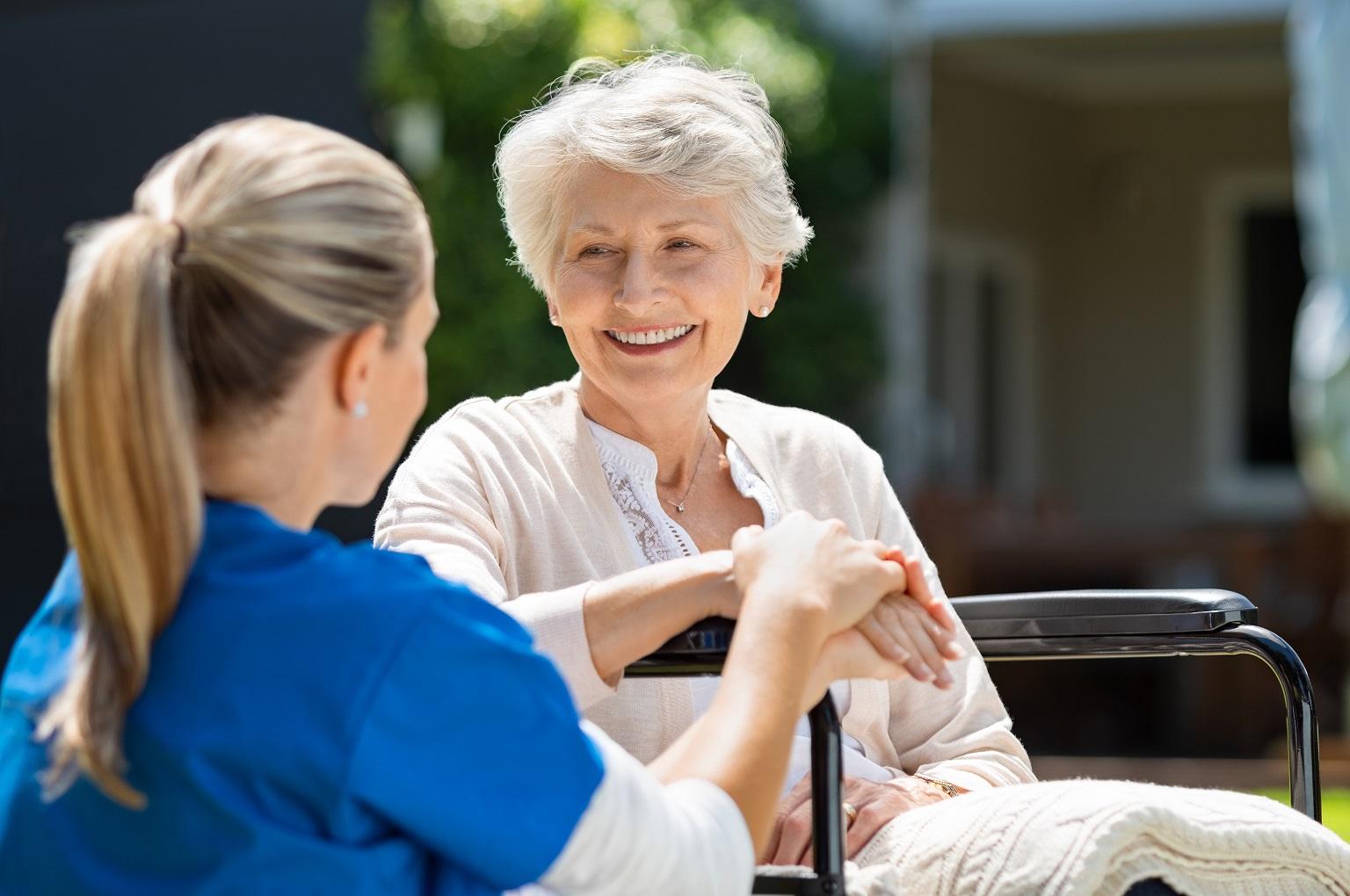 pielęgniarka środowiskowa pomaga starszej osobie